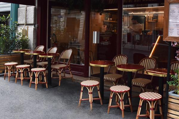 Une terrasse au style bistrot authentique Du rotin pour un restaurant Parisien au concept « Street Food »