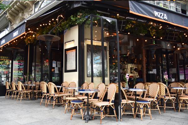 Un décor à la française rétro et typique Terrasse de café-restaurant Parisien au mobilier coloré