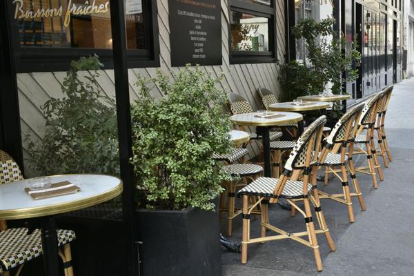 Bistrot Parisien et sa terrasse de rue à l'esprit nature Un petit coin de verdure sur une terrasse Parisienne