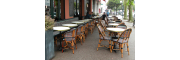 Bar basque et sa jolie terrasse de rue au mobilier en rotin naturel Terrase de bar au coeur de St Jean De Luz